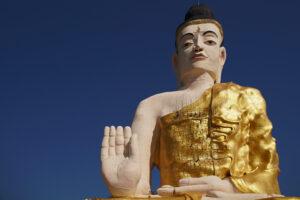 Der riesige sitzende Buddha in der Nähe des Golden Rock in Myanmar.