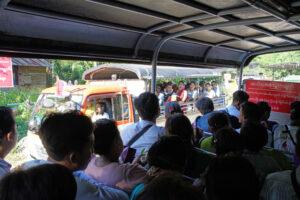 42 Fahrgäste pro Truck wagen den Höllenritt zum Golden Rock in Myanmar.