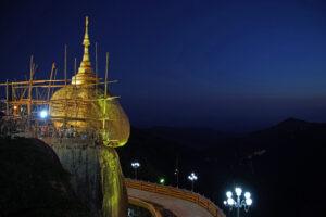 Der golden rock, goldene Fels, in Myanmar. magisch