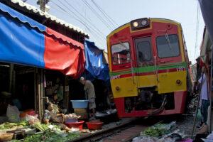 Maeklong Railway Market Zugmarkt südwestlich in der Nähe von Bangkok