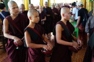 Kyrie Kha Wie Monastry Essensausgabe für die Mönche Bago Myanmar