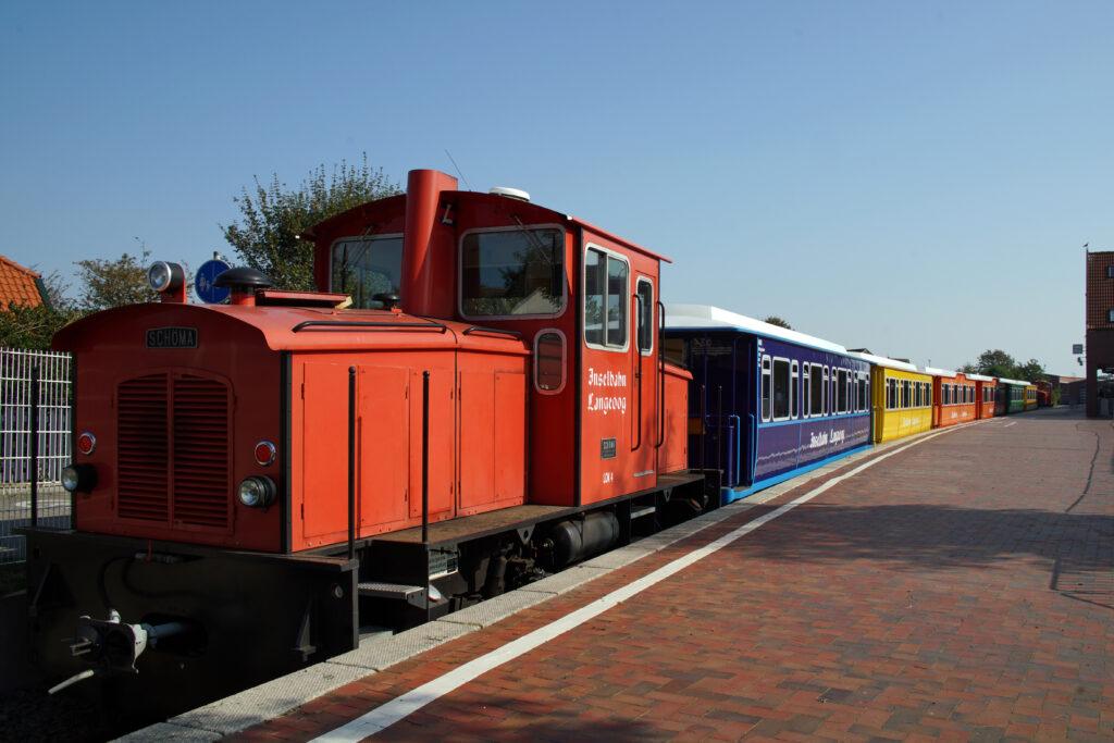Nordsee - Langeoog Inselbahn der Zug vom Hafen zum Ort und wieder zurück