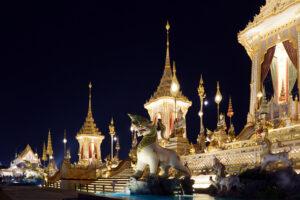 Bangkok bei Nacht Mausoleum von Koenig Bhumibol