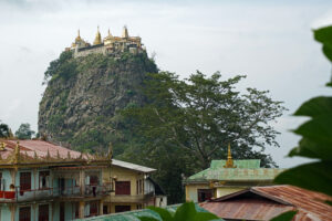 Mount Popa bei Bagan in Myanmar