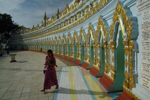 Mandalay in Myanmar U-min-thonsei-paya Pagode pastellfarben