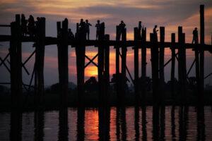 Mandalay in Myanmar Sonnenuntergang bei der U-Bein-Brücke Teakholz Brücke