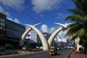 Safari in Kenia Mombasa Moi Avenue mit Stosszaehnen