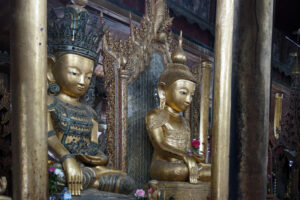 Inle See in Myanmar Thalay-Kyaung Holz Kloster Buddha Statuen