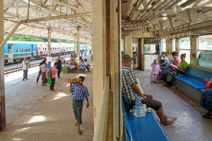 Der Circular Train in Yangon in Myanmar (Burma)