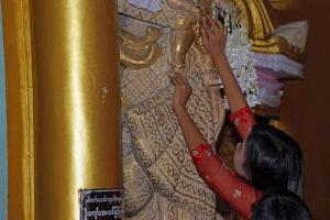 Wunsch nach Fruchtbarkeit in der Shwedagon Pagode in Yangon in Myanmar.