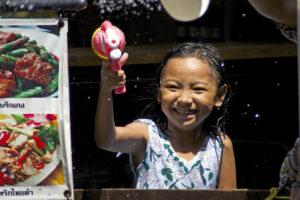 Songkran in Bangkok Si Lom Road Wasserfest buddhistisches Neujahr